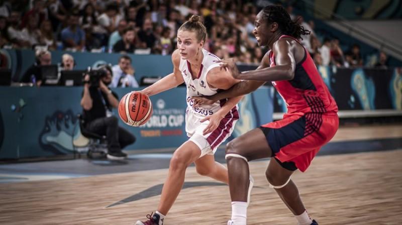 Kitija Laksa spēlē pret ASV izlasi. Foto: FIBA