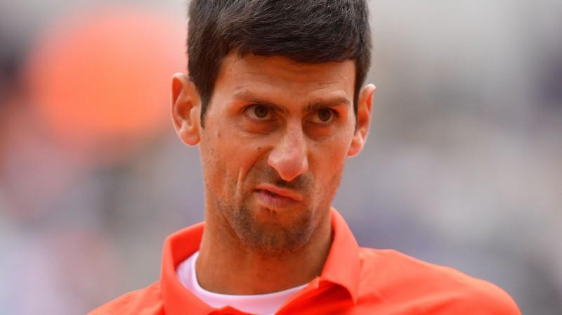 Novaks Džokovičs neapmierināts ar spēlēšanu spēcīgā vējā. Foto: Sputnik/Scanpix