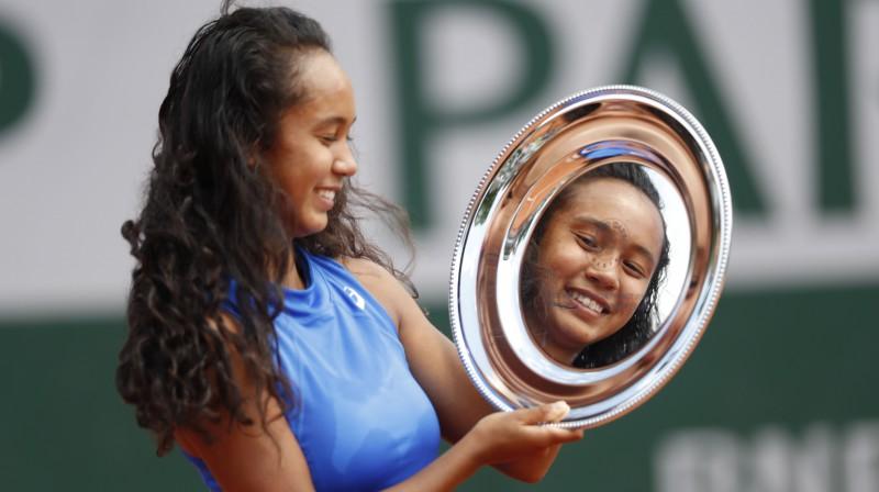 """Leila Annija Fernandesa ar """"French Open"""" trofeju. Foto: AP/Scanpix"""
