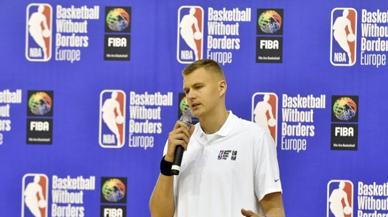 """Kristaps Porziņģis uzrunā """"Basketball without borders"""" astoņpadsmitās Eiropas nometnes dalībniekus. Foto: Romāns Kokšarovs, f64"""