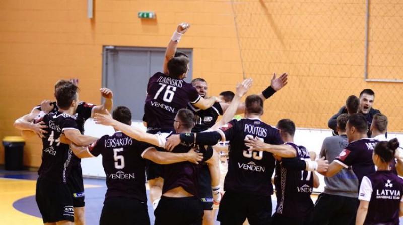Latvijas handbolisti līksmo par uzvaru. Foto: Handball.lv