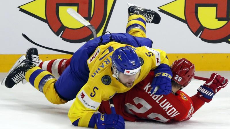 Mīkaels Vīkstrands pret krievu aizsargu Iļju Kablukovu. Foto: Reuters/Scanpix