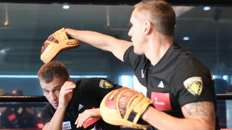 Mairis Briedis pirms diviem gadiem atvērtajā treniņā kopā ar treneri Sandi Kleinu. Foto: Romāns Kokšarovs/F64
