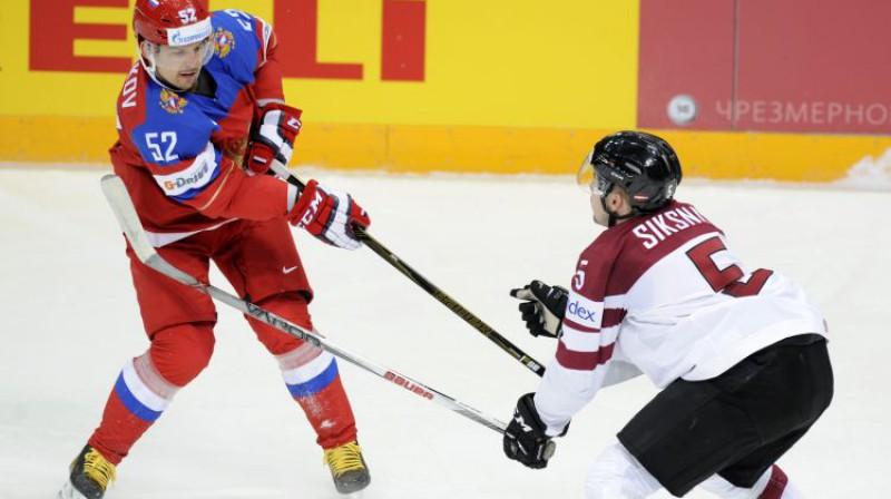 Edgars Siksna spēlē pret Krievijas izlasi. Foto: Romāns Kokšarovs/F64