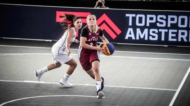 Liene Stalidzāne uzbrūk grozam. Foto: FIBA
