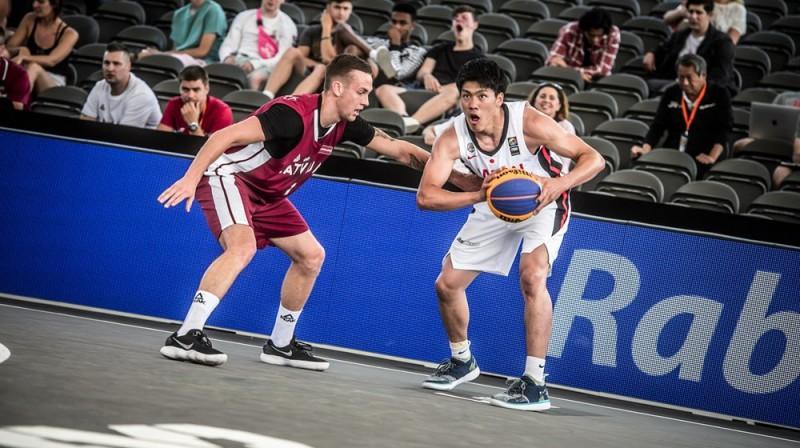 Kārlis Pauls Lasmanis aizsardzībā. Foto: FIBA