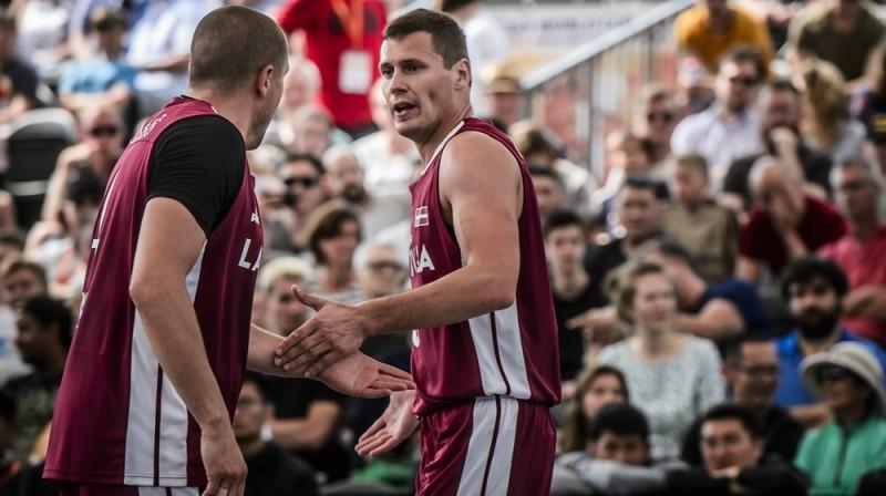 Edgars Krūmiņš (no kreisās) un Agnis Čavars. Foto: FIBA