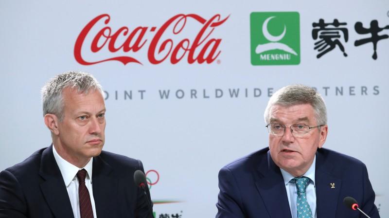 """Uzņēmuma """"Coca Cola"""" prezidents Džeimss Kvinsijs un Starptautiskās Olimpiskās komitejas (SOK) prezidents Tomass Bahs. Foto: Reuters/Scanpix"""