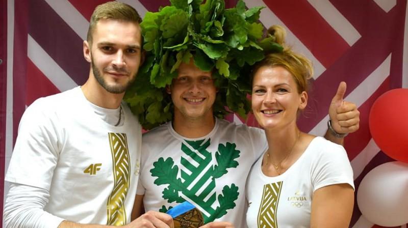 Jānis Bružis (centrā) ar Eiropas spēļu medaļniekiem Lauri Strautmani un Madaru Palameiku. Foto no J. Bruža Facebook profila
