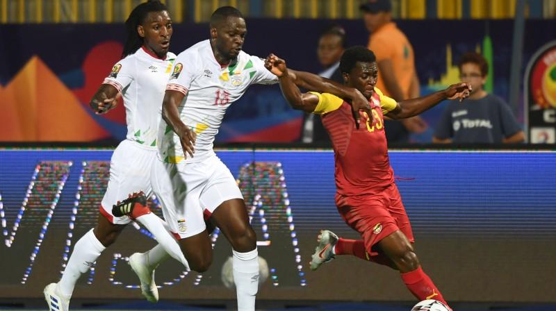Cīņa par bumbu mačā starp Ganu un Beninu. Foto: Ozan Kose/AFP/Scanpix