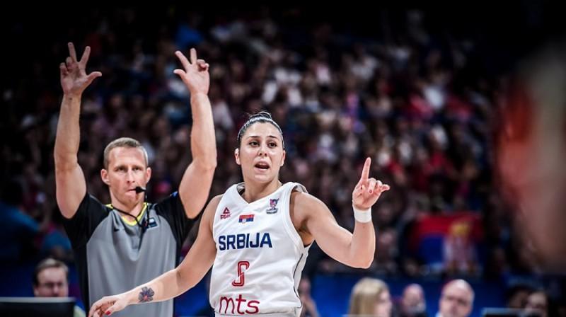 Latvijas tiesnesis Mārtiņš Kozlovskis un Serbijas spēlētāja Saša Čado. Foto: FIBA