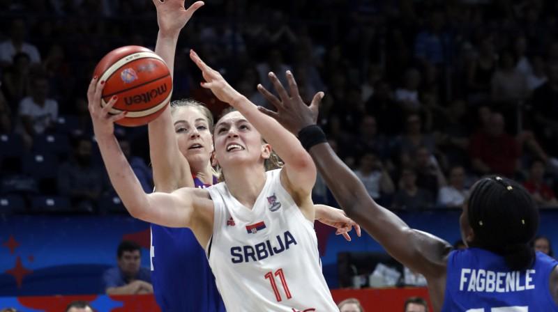 Serbijas izlases basketboliste Aleksandra Crvendakiča uzbrūk grozam Eiropas čempionāta spēlē pret Lielbritāniju. Foto: AP/Scanpix