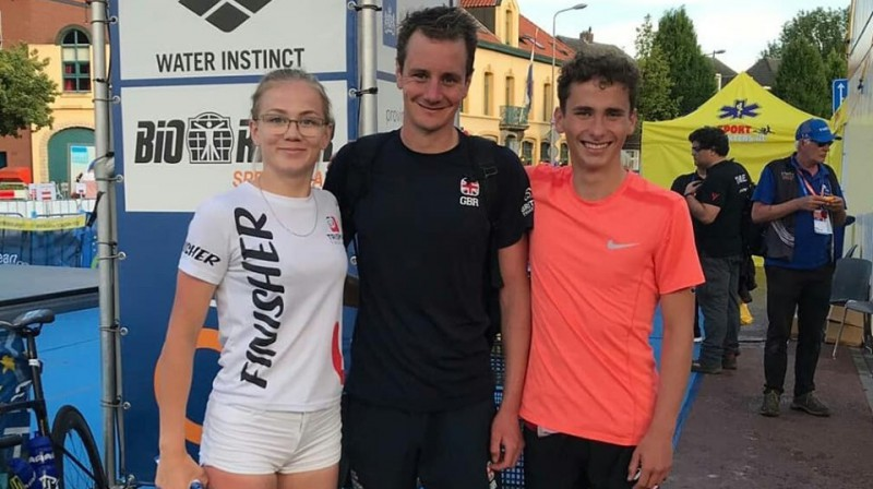 Daniela Leitāne un Artjoms Gajevskis ar pasaules labāko triatlonistu Alisteru Braunliju. Foto no A. Gajevska Facebook profila