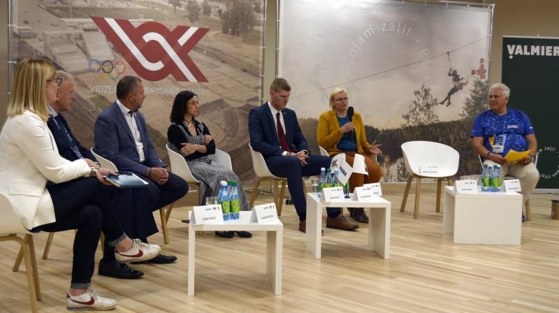 """Konferences """"Sports un diaspora - neizmantotais potenciāls"""" dalībnieki. Foto: Valmieras pilsēta"""