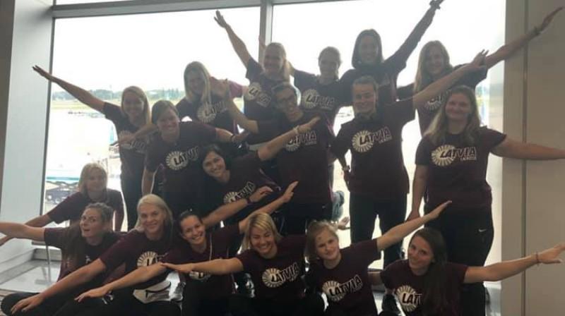 Latvijas sieviešu lakrosa izlase pirms došanās uz Eiropas čempionātu. Foto no komandas Facebook profila