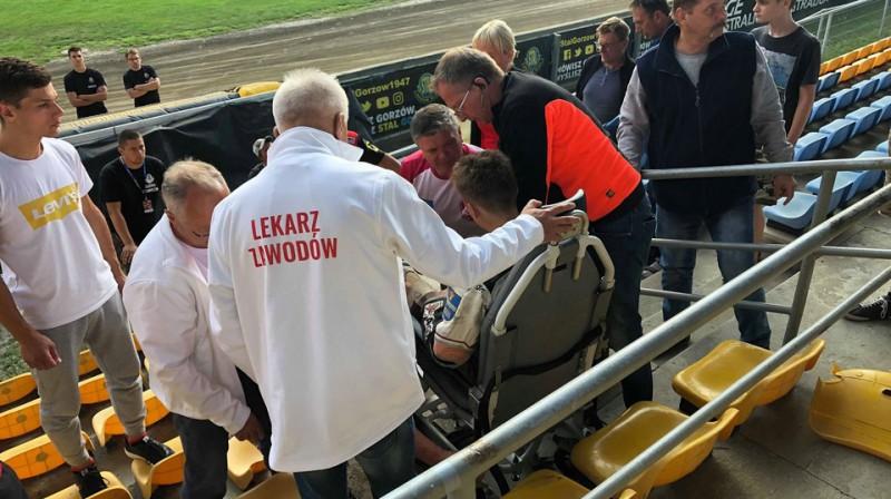 Mediķi sniedz palīdzību Artjomam Trofimova. Foto: Przemyslaw Ciucka / Przeglad Sportowy