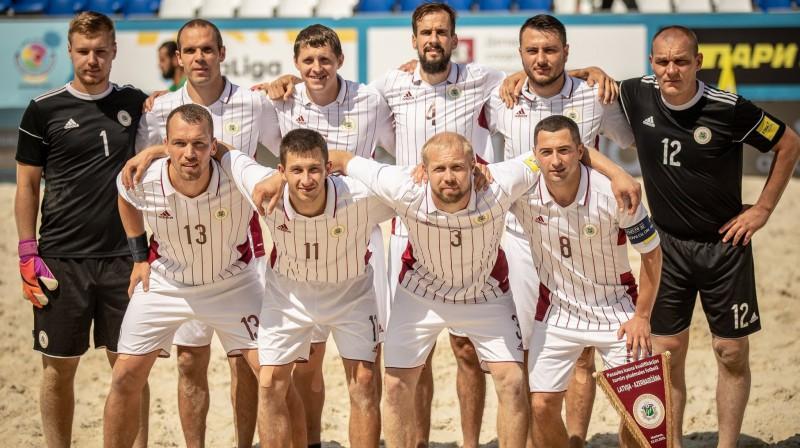 Latvijas telpu futbola izlase pirms spēles ar Azerbaidžānu. Foto: Pludmales futbols