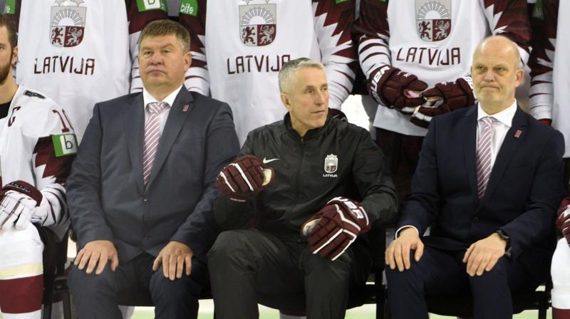 No kreisās: Aigars Kalvītis, Bobs Hārtlijs un Viesturs Koziols. Foto: Romāns Kokšarovs/F64