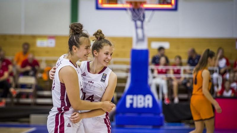 Aleksa Gulbe un Luīze Šepte: 1000 punktu kluba dalībnieces. Foto: FIBA