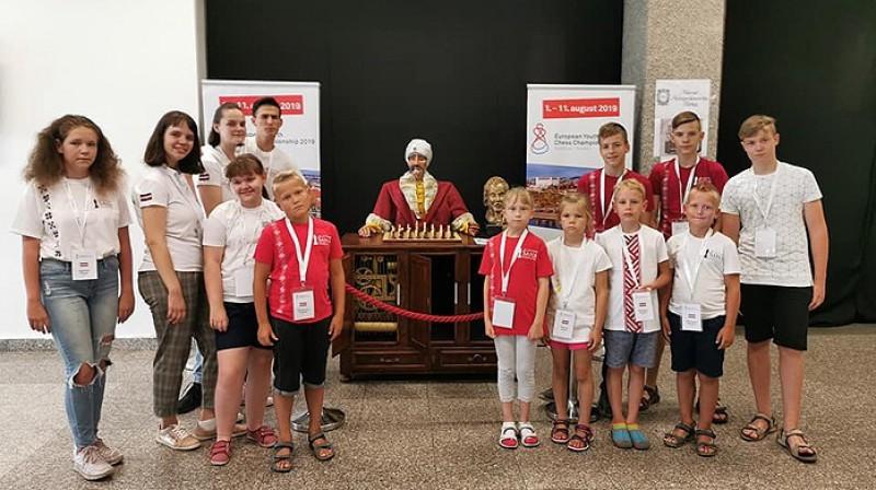 Latvijas šahisti Eiropas jauniešu čempionātā. Foto: Diāna Matisone