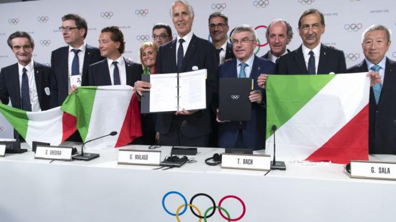 Džiovanni Malago (centrā) pēc uzvaras SOK balsojumā par 2026. gada OS. Foto: AP/Scanpix