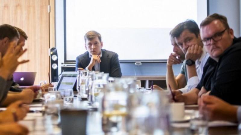 Maksims Krivuņevs (centrā) LFV sēdē. Foto: Latvijas futbola virslīga