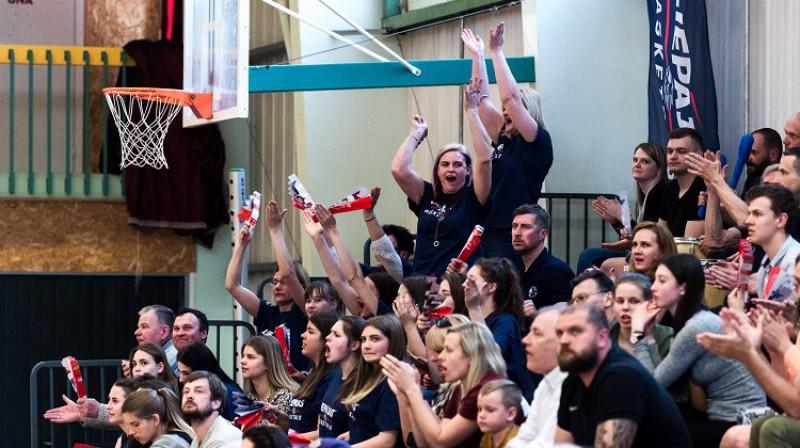Liepājas fani LSBL bronzas sērijas spēlē Rīgā. Foto: basket.lv