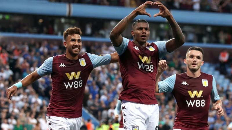 """Brazīlietis Veslijs un Birmingemas """"Aston Villa"""" futbolisti svin vārtu guvumu. Foto: Nick Potts/PA Wire/PA Images/Scanpix"""