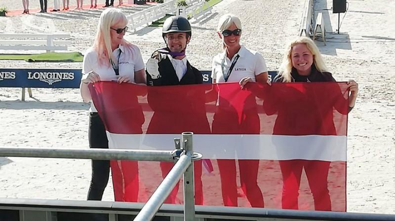 Rihards Snikus un viņa komanda ar Eiropas čempionāta medaļu. Foto: Latvijas Jātnieku federācija