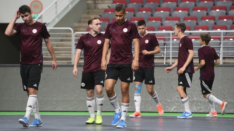 Latvijas U19 telpu futbola izlase pirmsspēles treniņā / Foto: Romāns Kokšarovs/f64