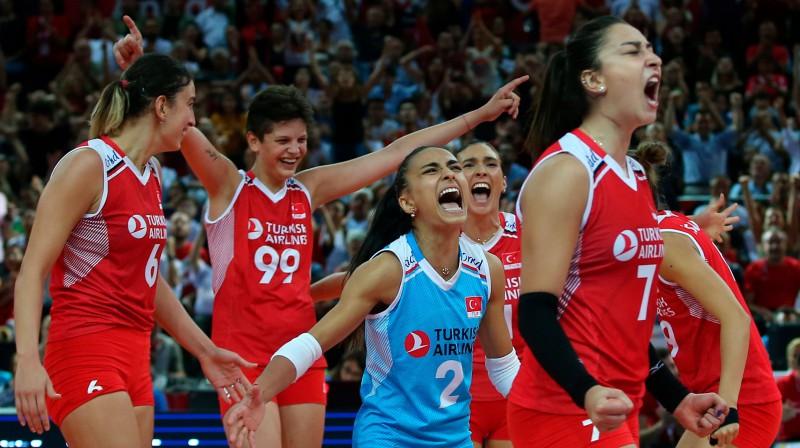 Turcijas spēlētājas līksmo par iekļūšanu finālā. Foto: AP/Scanpix