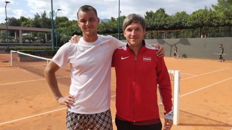 Mārtiņš Podžus un kapteinis Deniss Pavlovs. Foto: Latvijas Tenisa savienība