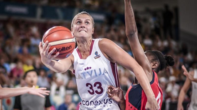 Kitija Laksa Pasaules kausa spēlē pret ASV. Foto: FIBA