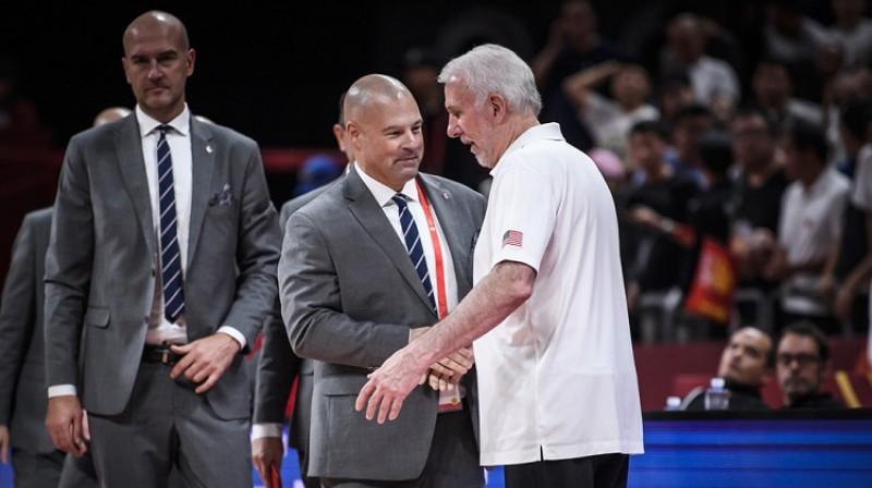 Gregs Popovičs un Polijas valstsvienības galvenais treneris Maiks Teilors. Foto: FIBA