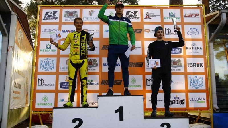 Gabriels Pabijanskas  (pa vidu) triumfē SMScredit.lv BMX čempionāta kopvērtējumā Foto: Sanda Tūtere