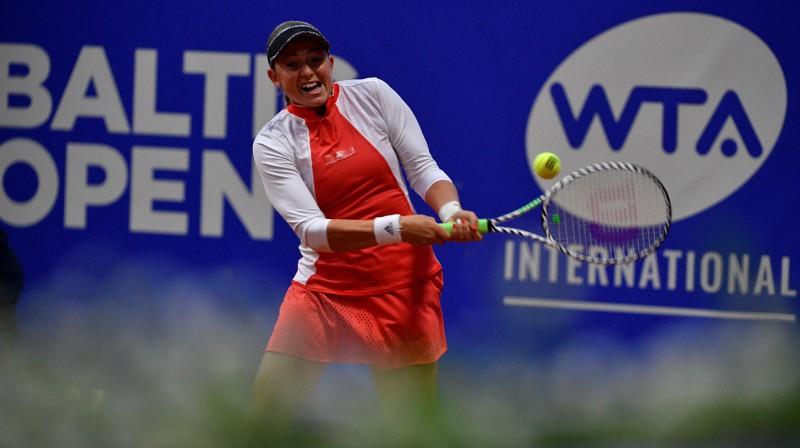 """Aļona Ostapenko šovasar """"Baltic Open"""" tenisa turnīrā Lielupē. Foto: Romāns Kokšarovs/f64"""