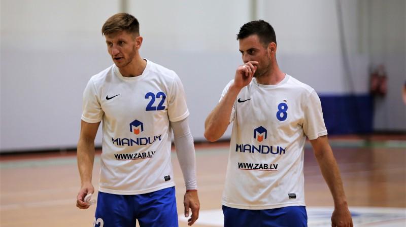 Ogrēnieši Rolands Ivanovs (22) un Arvis Laganovskis (8). Foto: Ritvars Raits