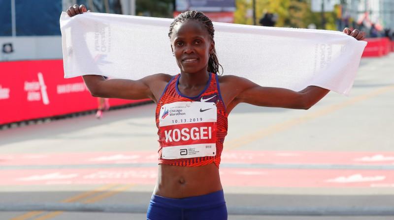 Brigida Kosgei pēc pasaules rekorda pārspēšanas. Foto: Reuters/Scanpix