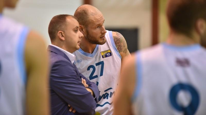 """""""Līvānu stikla"""" galvenais treneris Edgars Cimars dod padomus savam spēlētājam Jānim Lasmanim. Foto: BK """"Līvānu stikls"""""""