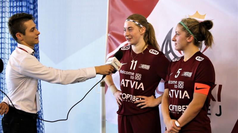 Pēcspēles interviju sniedz Klinta Mārtiņjēkaba (#11) un Elīza Elizabete Bērziņa (#5). Foto: Ritvars Raits, floorball.lv