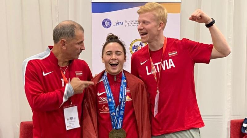 Treneris Eduards Andruškevičs, Rebeka Koha, fizioterapeits Arnis Noveičuks. Foto: instagram.com/rebeka_koha