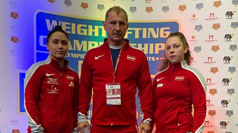 Rebeka Koha, treneris Eduards Andruškevičs, Daniela Ivanova. Foto: Latvijas Svarcelšanas federācija