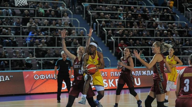 Anete Šteinberga un Gintare Petronite 6. novembrī Orenburgā. Foto: FIBA