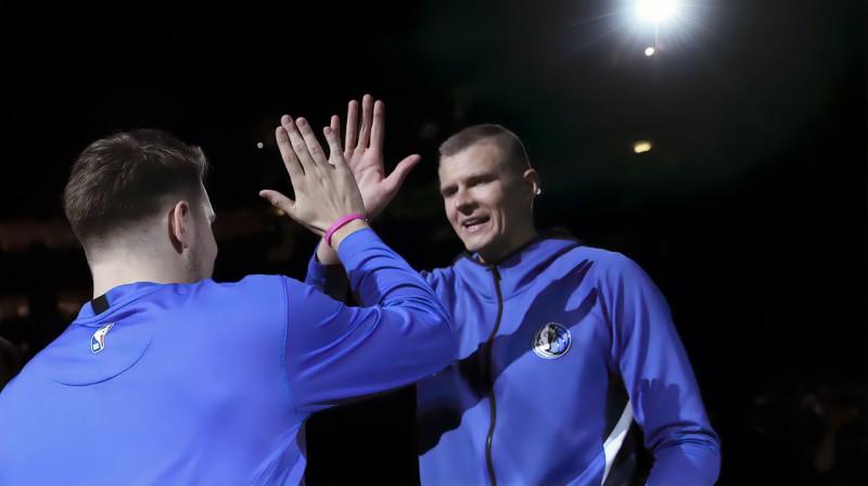 Luka Dončičs un Kristaps Porziņģis. Foto: Reuters / Scanpix