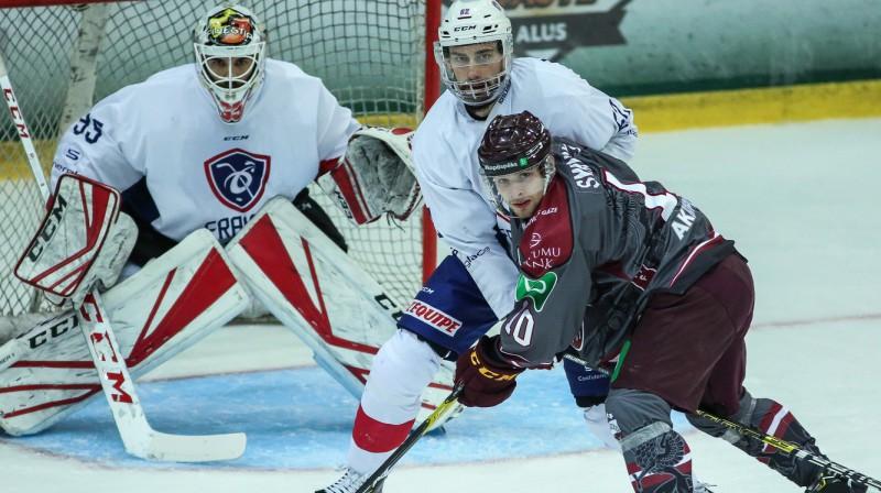 Deniss Smirnovs apdraud Francijas izlases vārtus. Foto: Guntis Lazdāns. LHF