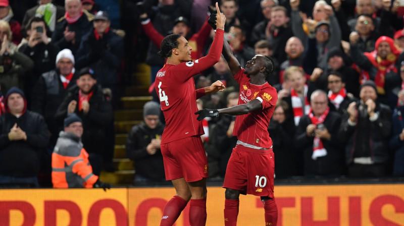 """""""Liverpool"""" futbolisti Virgils van Deiks un Sadio Manē priecājas par vārtu guvumu. AFP/Scanpix"""