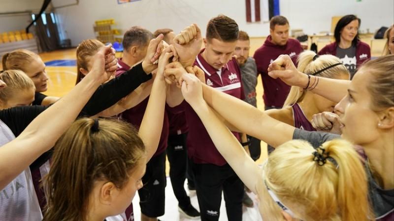 Mārtiņš Gulbis kopā ar komandu. Foto: Romāns Kokšarovs/f64
