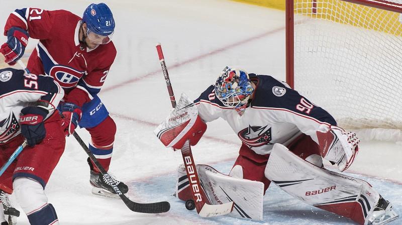 """Elvis Merzļikins atvaira Monreālas """"Canadiens"""" hokejista metienu. Foto: Graham Hughes/AP/Scanpix"""