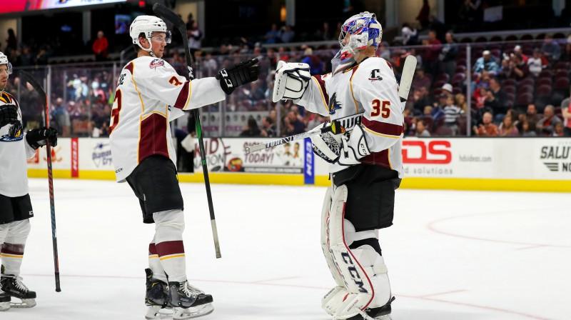 """Veini Vehvilainens un Klīvlendas """"Monsters"""" hokejisti. Foto: Frank Jansky/Zumapress.com/Scanpix"""