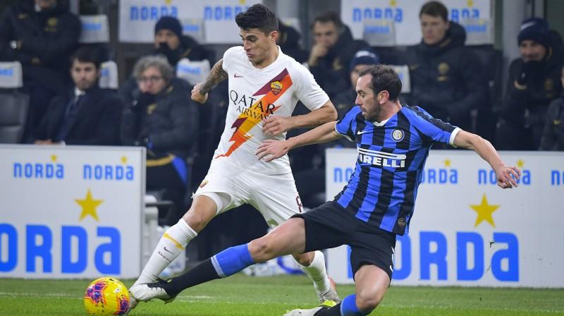 """Cīņa par bumbu Milānas """"Inter"""" un """"Roma"""" spēlē. Foto: Fabio Rossi/As Roma/Zumapress.com/Scanpix"""